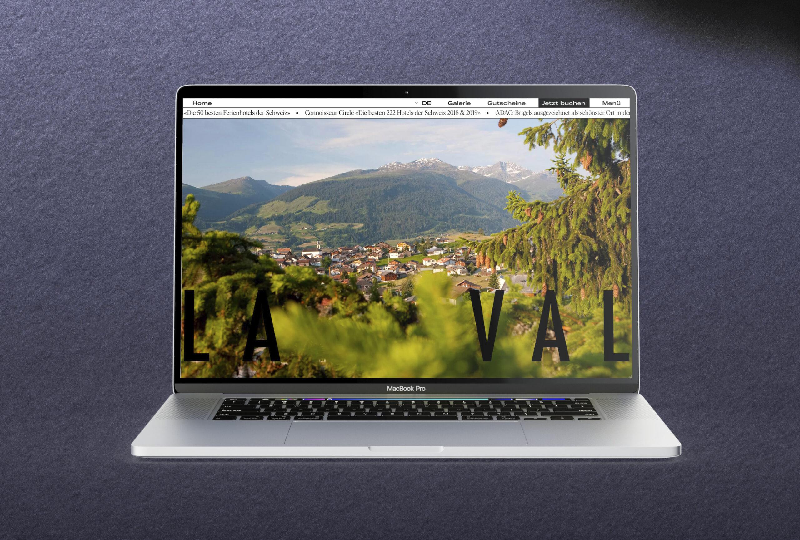 Silbernes Macbook auf blauem Grund. Fullscreen-Darstellung der Neuen Laval-Homepage