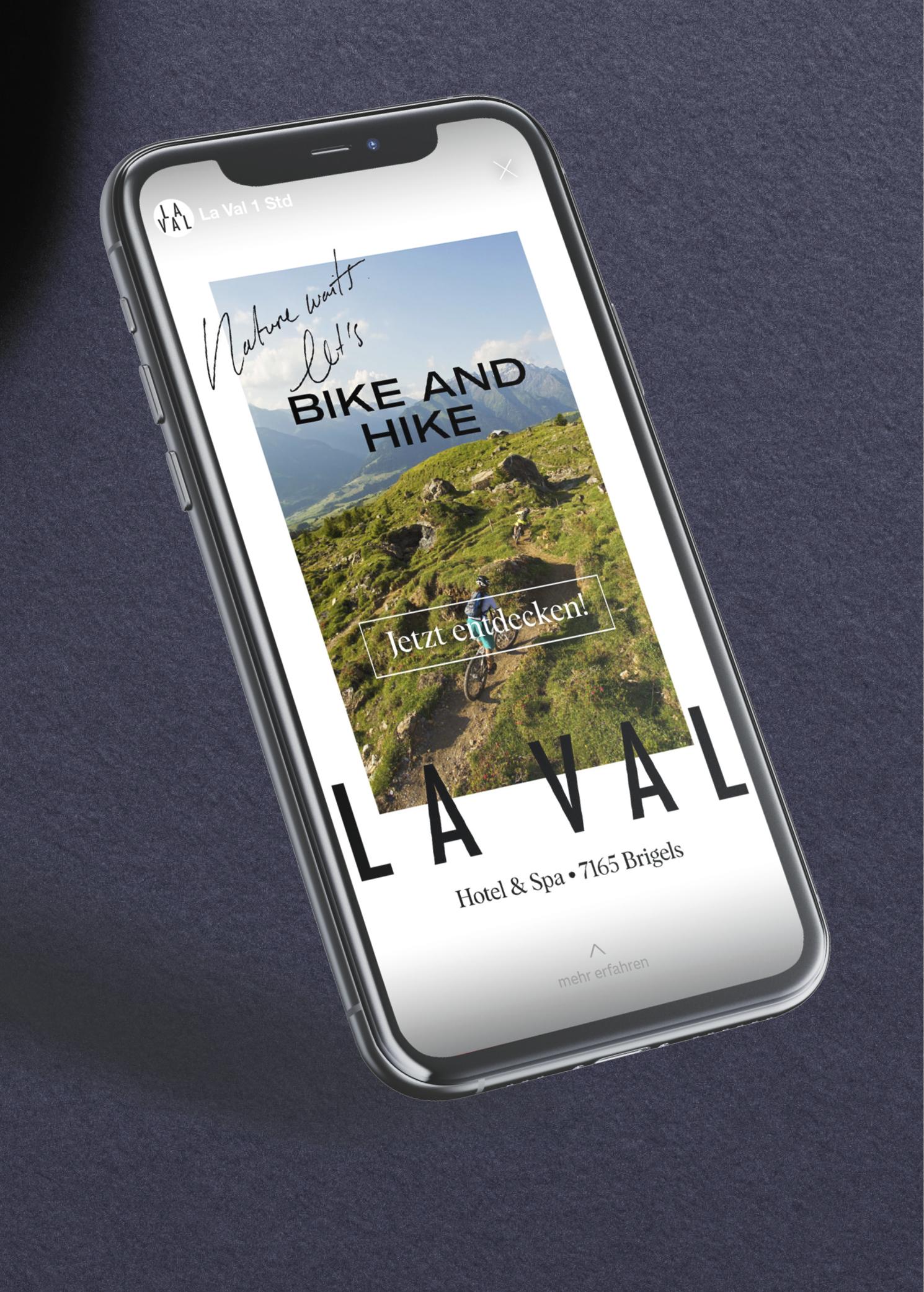 Iphone mit Vollbildanzeige einer Socialmedia-Werbekampagne für das Hotel & Spa brigels in Graubünden