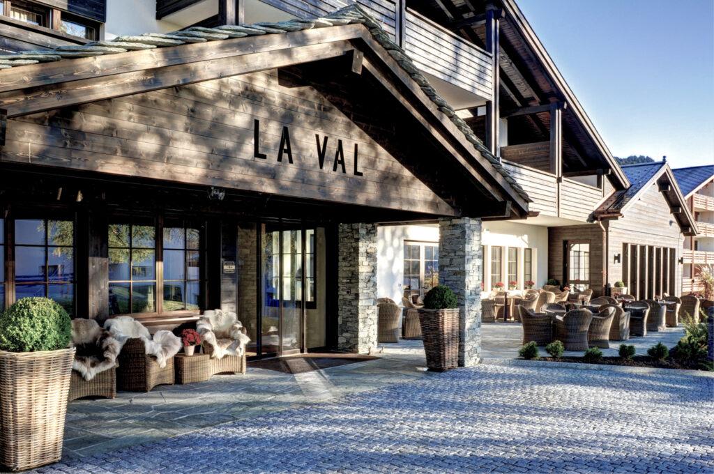 Aussenansicht des Eingangsbereiches des Hotel & Bergspa Laval in Brigels im Sommer