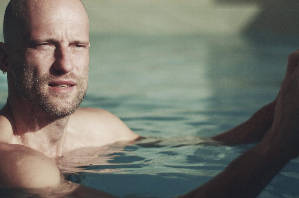Hotelgast des Hotel & Spa Laval in Brigels im Swimmingpool im Spabereich des Gebäudes.
